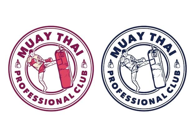 Diseño de logotipo club profesional de muay thai con hombre artista marcial muay thai pateando saco de boxeo ilustración vintage