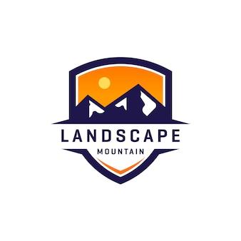 Diseño de logotipo de escudo de montaña de paisaje
