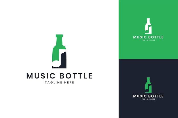 Diseño de logotipo de espacio negativo de botella de música