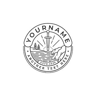 Diseño de logotipo espada y paisaje de montaña