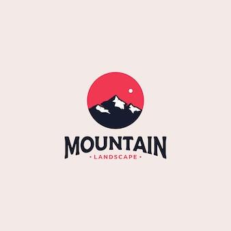 Diseño de logotipo de insignia de montaña