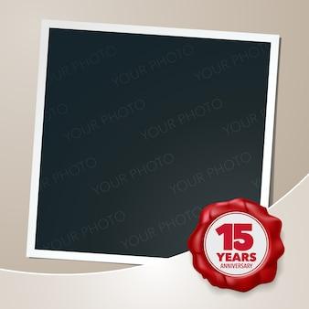 Diseño de plantilla de aniversario de 15 años con collage de marco de fotos y sello de cera para el 15 aniversario