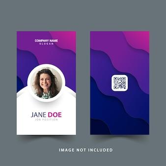 Diseño de plantilla de tarjeta de identificación de empleado con formas de onda y color degradado