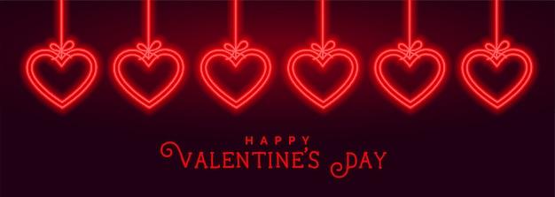 Diseño de tarjeta de día de san valentín de corazones de amor de neón colgante