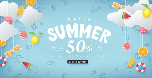 Diseño de venta de verano con papel cortado elementos de verano colgando sobre fondo de nubes. plantilla de ilustración