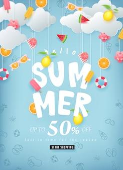 Diseño de venta de verano con papel cortado elementos de verano colgando sobre fondo de nubes.