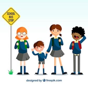 Diseño de vuelta al cole con niños lindos esperando al autobús escolar