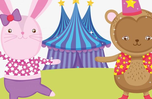 Disfraz de conejo y mono en la parte superior del circo.