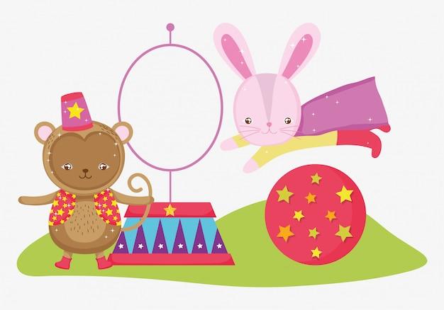 Disfraz de mono y conejo en la bola saltando de aro.