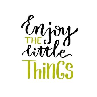 Disfruta las cosas pequeñas. letras del vector cartel caligráfico con frase motivacional