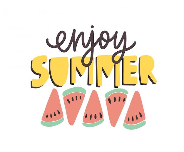 Disfruta de la frase de verano escrita a mano con fuente caligráfica y decorada con rodajas de sandía.