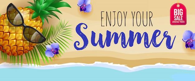 Disfruta de tu verano, banner de venta grande con flores azules, piña, lentes de sol, hoja de palma