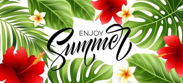 Disfrute de un cartel de verano con hojas de palmeras tropicales y letras escritas a mano.