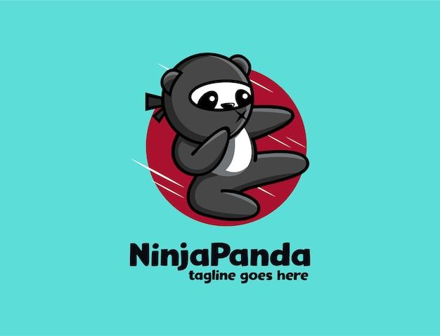 Divertido panda ninja juguetón pateando el logotipo de la mascota de dibujos animados