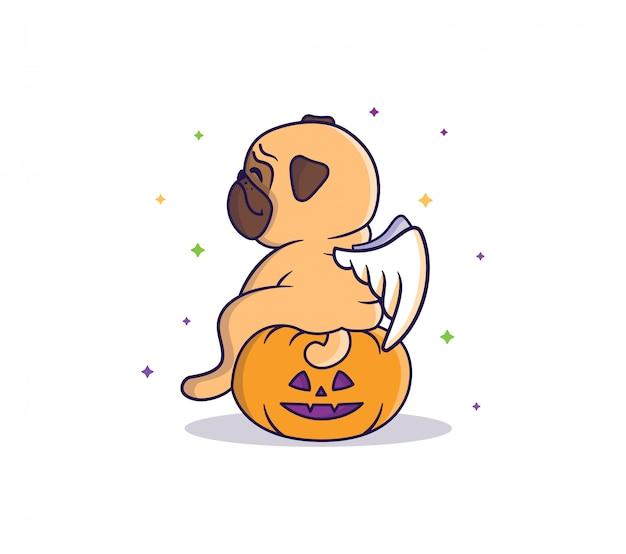 El divertido pug-ángel sentado en la calabaza por la noche bajo los coloridos comienza.