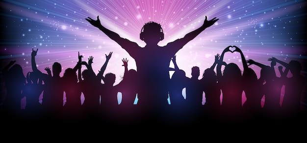 Dj y gente de fiesta en el club bailan con la música
