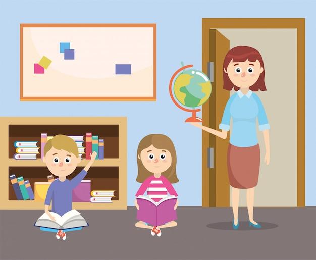 Docente con formación de alumnos y librero en el aula.