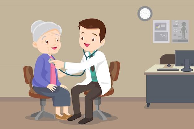 Doctor examinando el cofre de una anciana