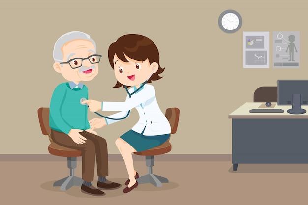 Doctor examinando el cofre de un anciano
