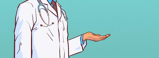 Doctor hold open palm mano para copiar espacio primer médico médico prectitioner en bata blanca