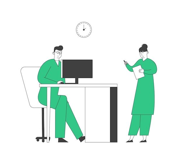 Doctor learning results of paciente mri brain scan en la pantalla del monitor de la computadora, enfermera stand cerca escribiendo información en el hospital. personal de la clínica en el trabajo