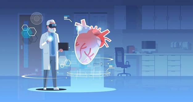 Doctor masculino con gafas digitales mirando realidad virtual corazón humano órgano anatomía cuidado de la salud