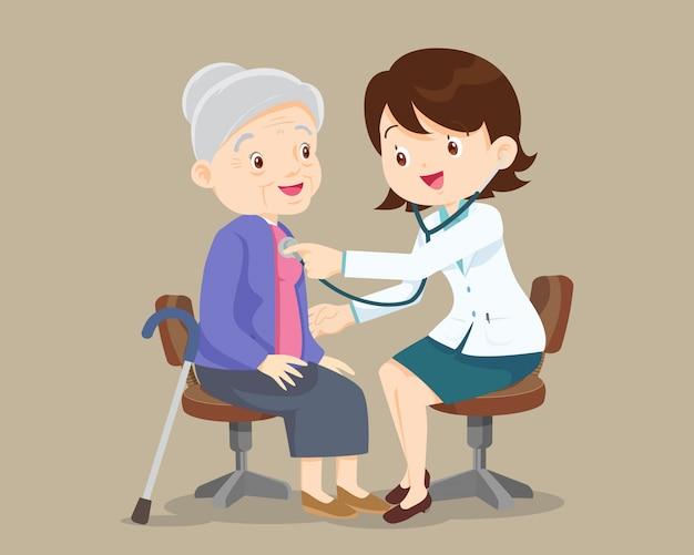 Doctor revisa paciente abuela