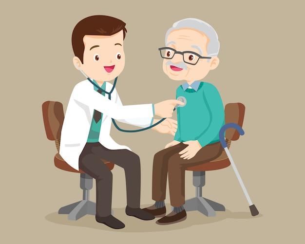 Doctor revisa paciente abuelo