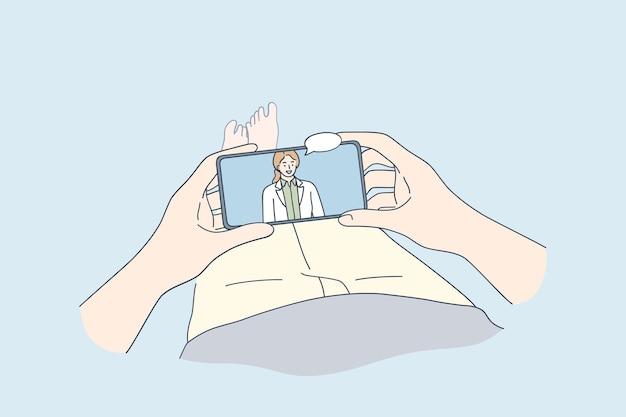 Doctora sonriente que consulta al paciente en línea en la pantalla del teléfono inteligente durante la videollamada