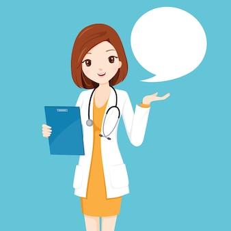 Doctora sosteniendo portapapeles hablando