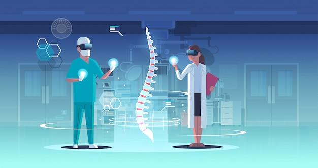 Doctores pareja con gafas digitales mirando realidad virtual columna vertebral órgano humano anatomía cuidado de la salud
