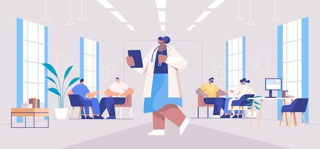 Doctores en uniforme examinando pacientes de raza mixta consulta médica asistencia sanitaria