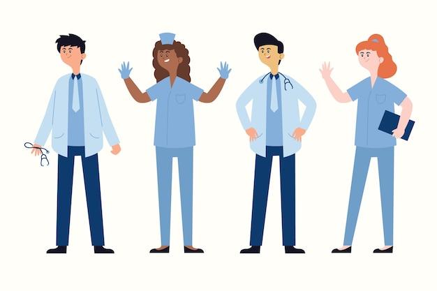 Doctores en uniformes azules de pie y hablando