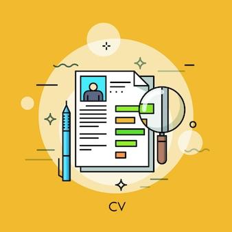 Documento en papel con curriculum vitae, bolígrafo y lupa. recursos humanos, contratación de empleados, entrevista de trabajo y concepto de contratación.