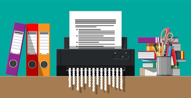 Documento en papel en máquina trituradora. documento rasgado en pedazos.