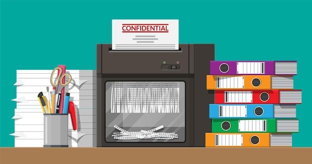 Documento en papel en máquina trituradora