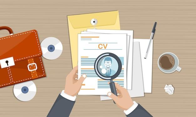 Documentos de cv en el escritorio con documentos y lupa, vista superior