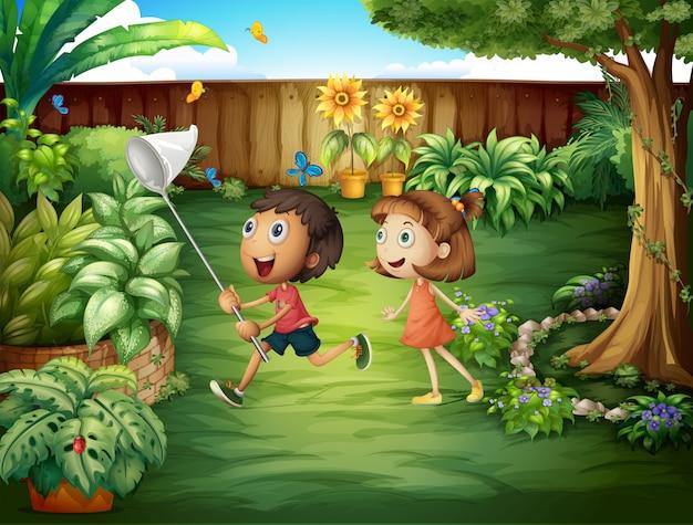 Dos amigos atrapando mariposas en el patio trasero