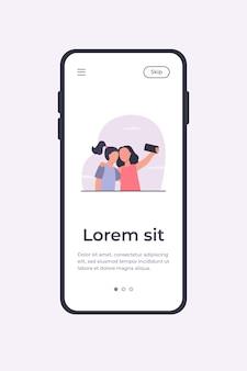 Dos chicas tomando selfie en smartphone. amigo, teléfono, foto ilustración vectorial plana. plantilla de aplicación móvil de concepto de amistad y tecnología digital
