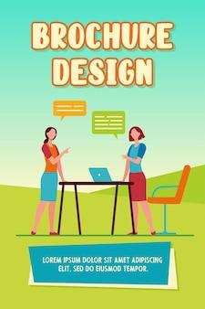 Dos colegas mujeres discutiendo el trabajo. computadora portátil, equipo, ilustración de vector plano de burbujas de discurso