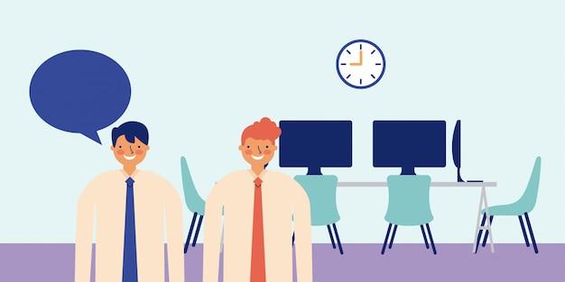 Dos hombre de negocios con discurso de burbuja, dentro de una oficina, una mesa con computadoras en la parte posterior