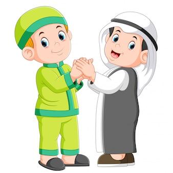 Dos hombres musulmanes y su mejor amigo dándose la mano.