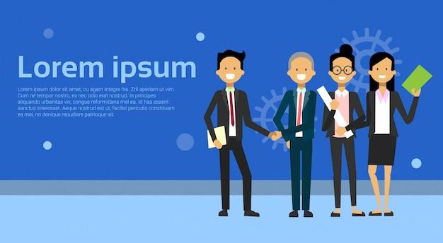 Dos hombres de negocios dándose la mano con el equipo de empresarios
