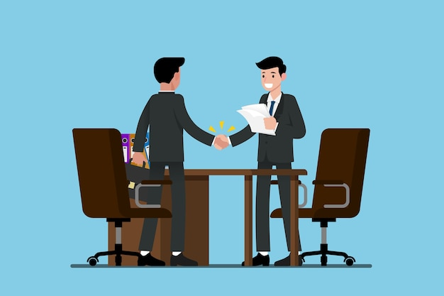 Dos hombres de negocios de pie y se dan la mano unos a otros