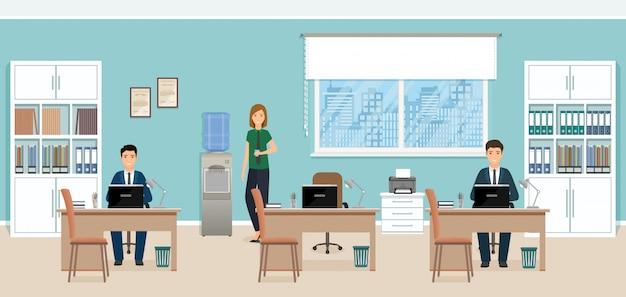Dos hombres de negocios sentados en lugares de trabajo en la oficina y la mujer de pie junto a la nevera.