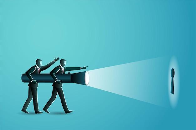 Dos hombres de negocios sosteniendo una linterna gigante encontrando el ojo de la cerradura