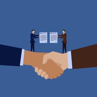 Dos hombres de negocios tienen el contrato por encima de la mano
