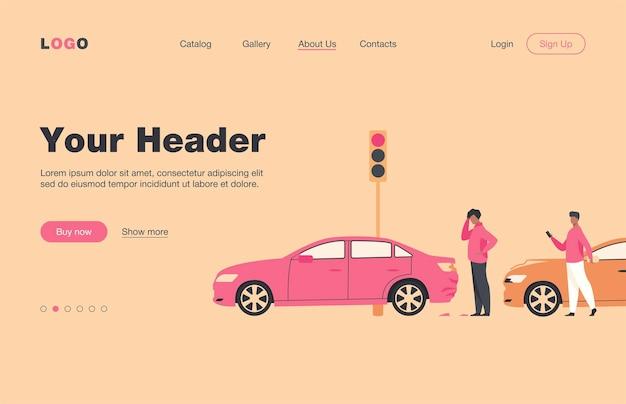 Dos hombres que tienen accidente de coche aislaron la página de destino plana. gente de dibujos animados mirando daños de automóviles. concepto de emergencia, incidente y conducción