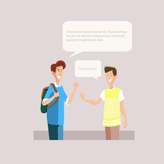 Dos jóvenes estudiantes que hablan amigos comunicación plano