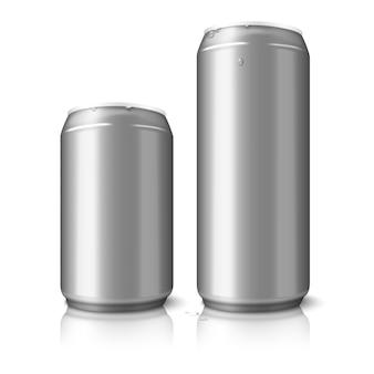 Dos latas de cerveza de aluminio en blanco